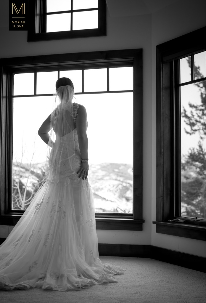 Bride getting ready at private Vail estate | © Moriah Riona, 2016