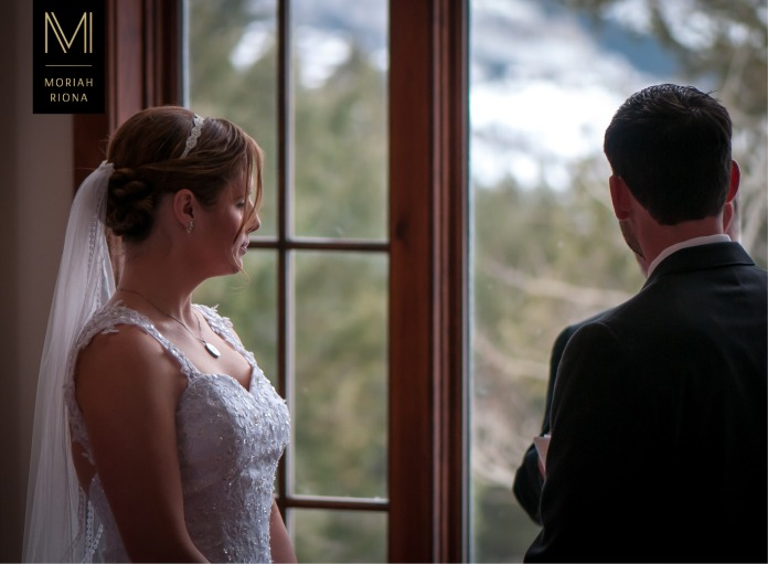 Bride and groom exchange vows in Vail, Colorado | © Moriah Riona, 2016