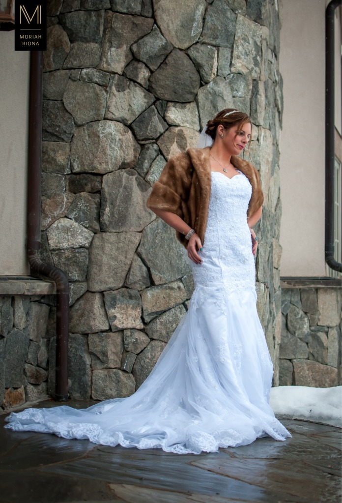 Stunning bride with vintage look at Vail winter wedding | © Moriah Riona, 2016