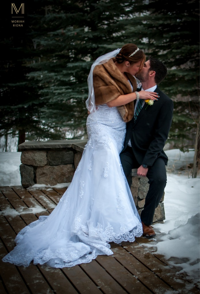 Bride and groom kiss in the snow | Vail, CO | © Moriah Riona, 2016