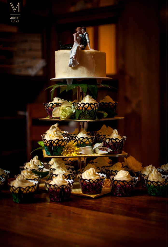 Wedding cake and cupcakes at small winter wedding | Photography by Colorado Springs wedding photographer, Moriah Riona